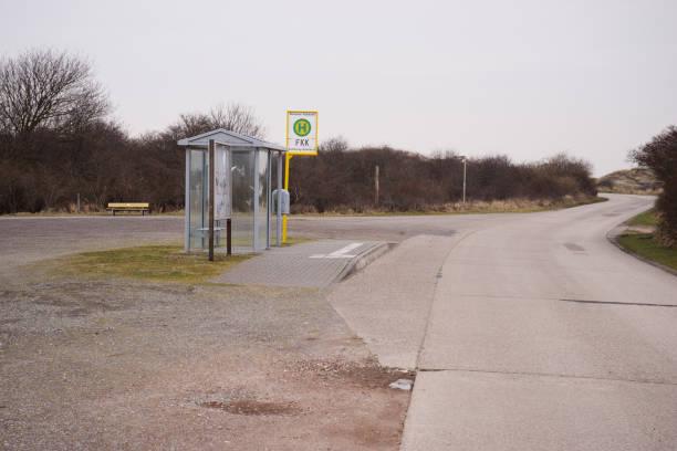 bushaltestelle am fkk strand der nordsee-insel borkum - fkk strand stock-fotos und bilder