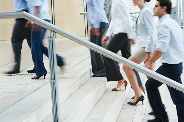 beschäftigt geschäftsleute aufsteigend auf büro-treppe - bein tag routine stock-fotos und bilder