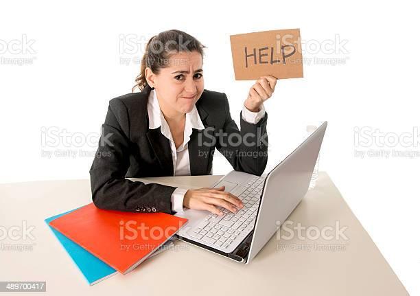 Mujer De Negocios Trabajando En La Computadora De Estrés Foto de stock y más banco de imágenes de Adulto