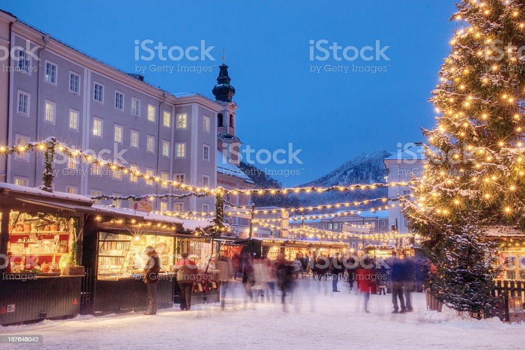 Beschäftigt Weihnachtsmarkt in Europa – Foto