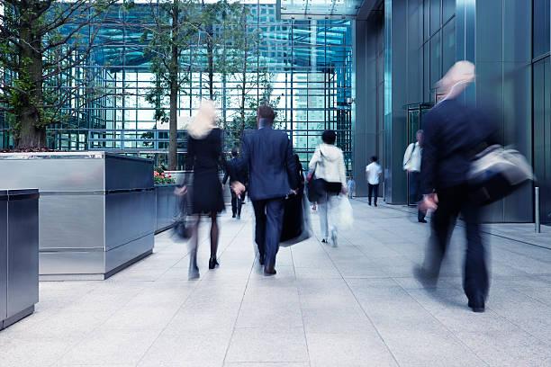 busy commute, blurred motion - finanskvarter bildbanksfoton och bilder
