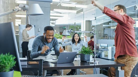 바쁜 회사 사무실 중요 한 계약 및 축 하 점프 노트북 표지판에 남자 그의 협력자에 게 하이 파이브를 제공 합니다 모두가 행복입니다 감정에 대한 스톡 사진 및 기타 이미지
