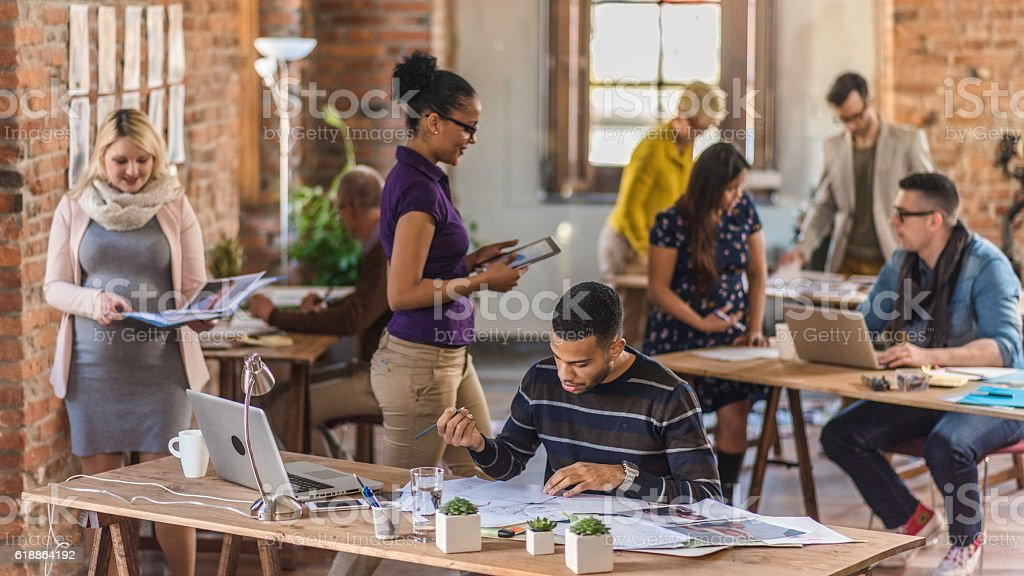 Busy coworking space - foto de stock
