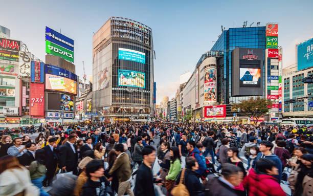 ごみごみした東京渋谷日本時間します。 - 通勤 ストックフォトと画像