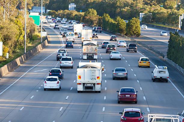 beschäftigt highway - zweispurige strecke stock-fotos und bilder
