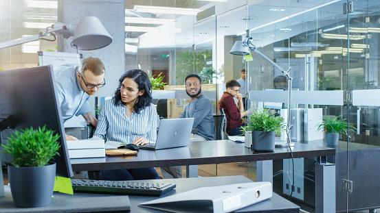 어디 다양 한 국제 사무실 바쁜 젊은 경제인 및 노트북 있다 회의 토론 및 화이트 보드에 계획 무승부에 실업가 작업의 팀 금융에 대한 스톡 사진 및 기타 이미지