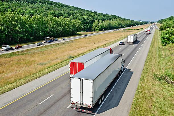 viel befahrenen interstate lkw-verkehr - pickup trucks stock-fotos und bilder