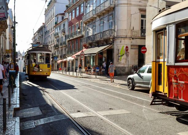 Beschäftigter Lebensstil in der Altstadt von Lissabon mit traditionellen Straßenbahn, Geschäfte und das städtische Leben in Bairro Alto Bezirk, Lissabon Portugal am 04. August 2019 – Foto