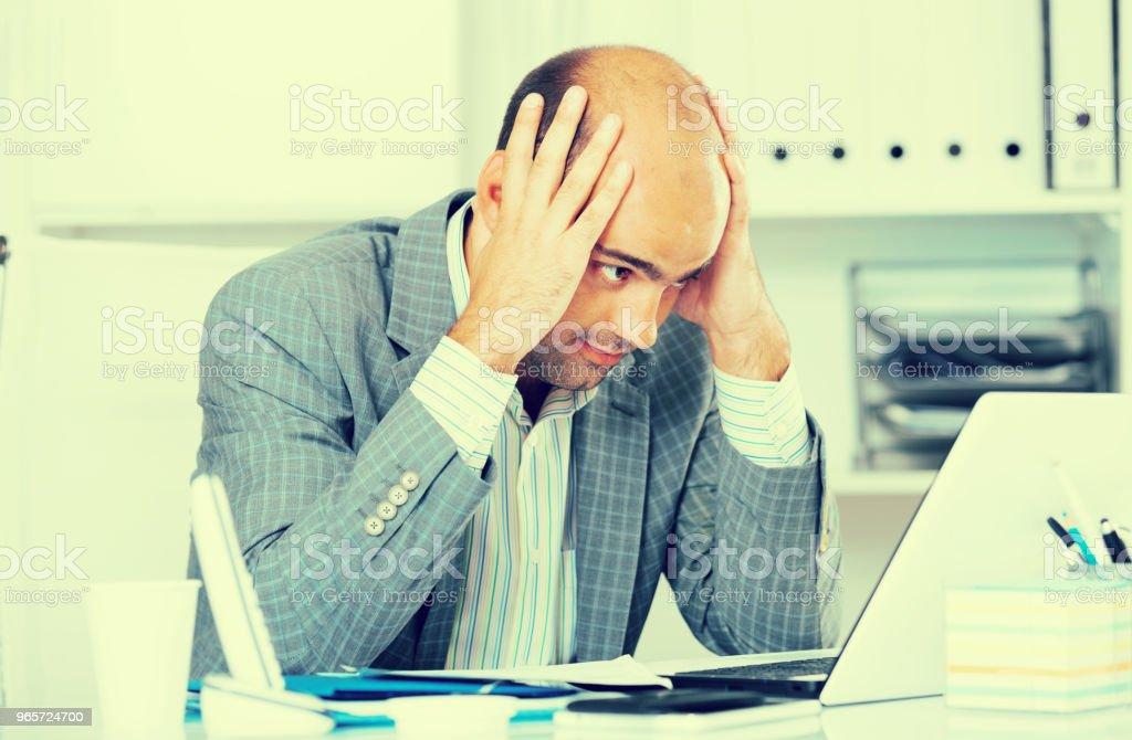 Busy man in suit worrying at the computer - Royalty-free 30-39 Years Stock Photo