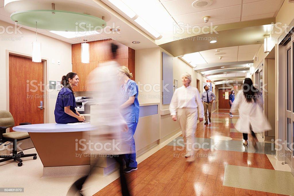 Anstrengenden Krankenschwester's Station In modernen Krankenhaus - Lizenzfrei Aktivitäten und Sport Stock-Foto