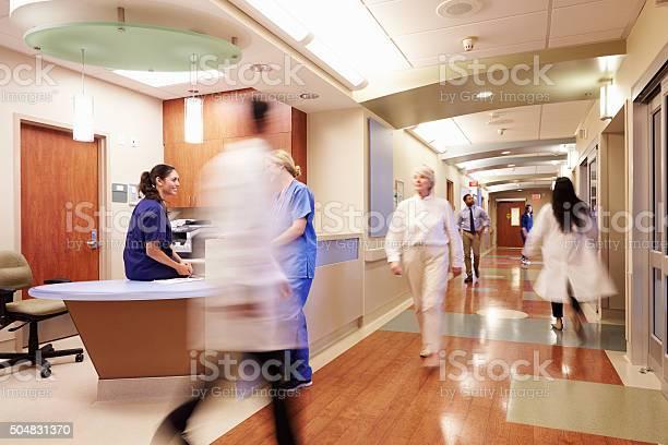 Anstrengenden Krankenschwesters Station In Modernen Krankenhaus Stockfoto und mehr Bilder von Aktivitäten und Sport