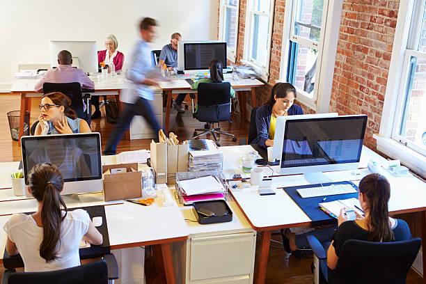 cadre avec les employés de bureau pressés à des ordinateurs - open space photos et images de collection