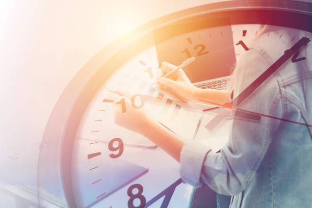 pracowników biurowych w koncepcji czasu pracy. - czas zdjęcia i obrazy z banku zdjęć