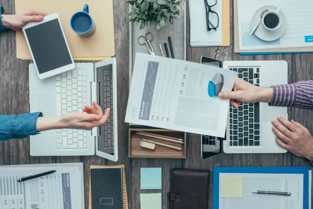 busy office workers - rapporto finanziario foto e immagini stock
