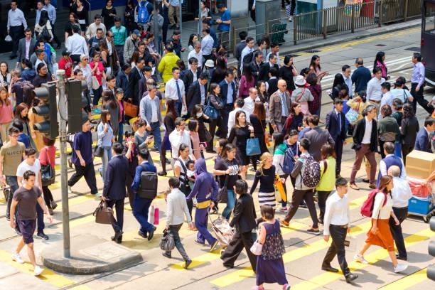 beschäftigt fußgängerüberweg in hong kong - hauptverkehrszeit stock-fotos und bilder