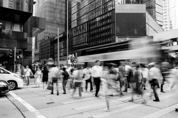 香港で忙しい横断歩道 - 都市 モノクロ ストックフォトと画像