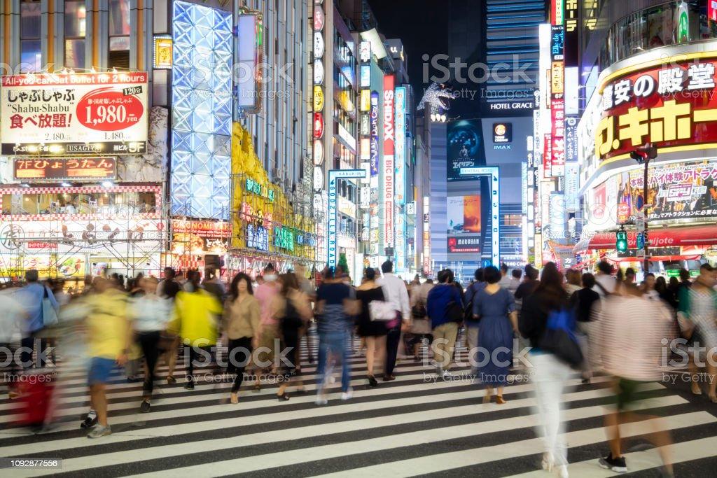 Beschäftigt Fußgänger Überquerung Straße in Tokio bei Nacht, Japan – Foto