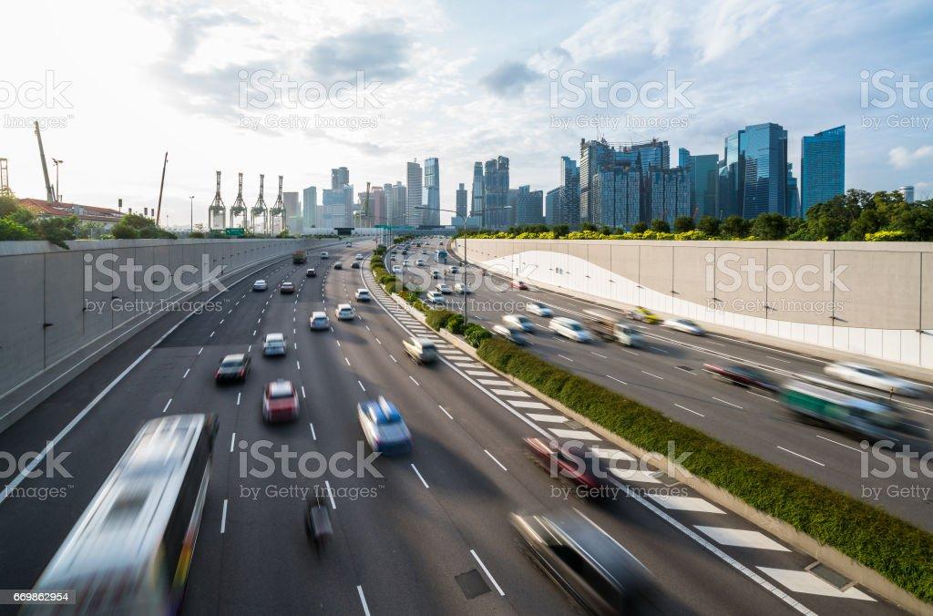 Fondo de carretera y ciudad ocupada durante hora de acometidas - foto de stock