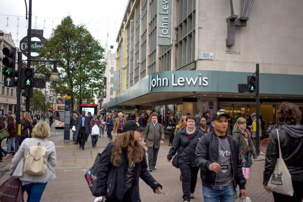 繁忙的購物者在牛津街, 倫敦, 走過的旗艦約翰路易斯商店。 - john lewis 個照片及圖片檔