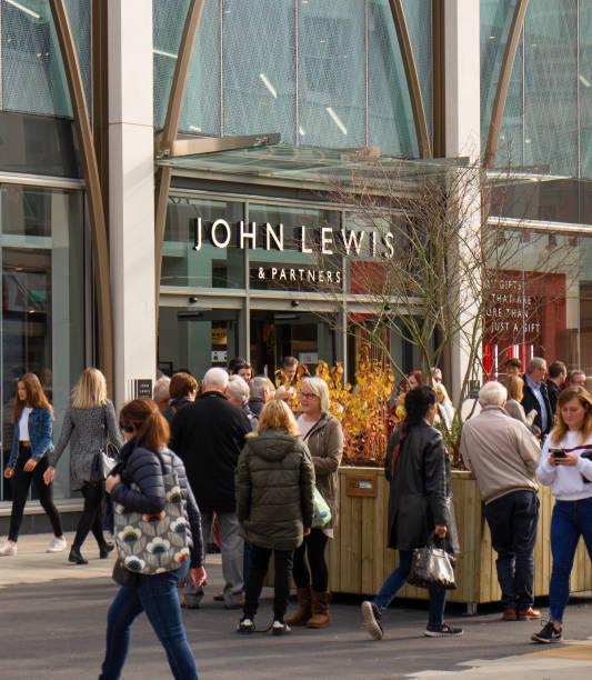 繁忙的購物者在切爾滕納姆中心的科茨沃爾德, 走過新開的約翰路易斯和合作夥伴商店 - john lewis 個照片及圖片檔