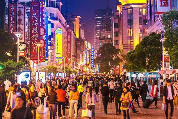 intensa shoppping strada in shanghai, cina notturno - mercato luogo per il commercio foto e immagini stock