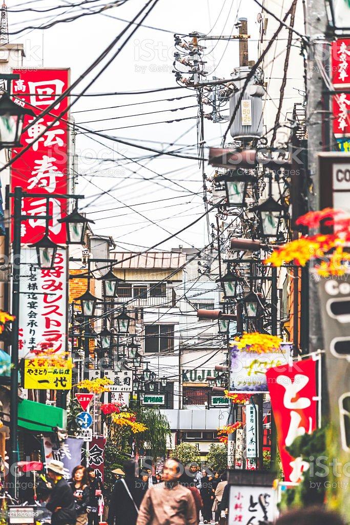 Belebten Straße in Asakusa district. – Foto
