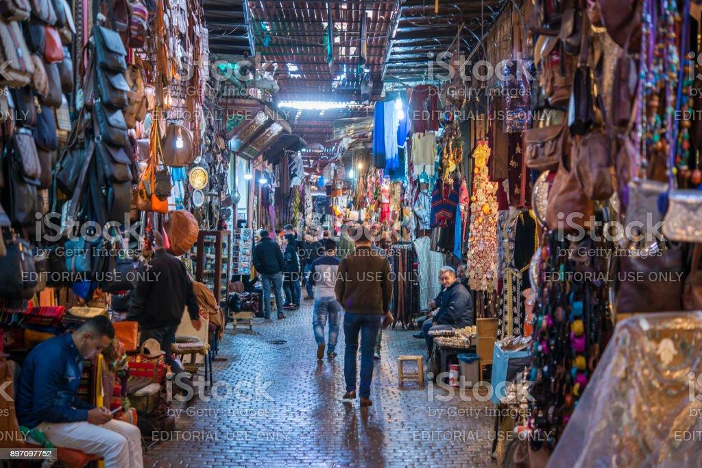belebte Straße in die Souks von Marrakesch, Marokko – Foto