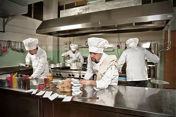 beschäftigt junge küchenchef in vier küchenchefs - küche italienisch gestalten stock-fotos und bilder