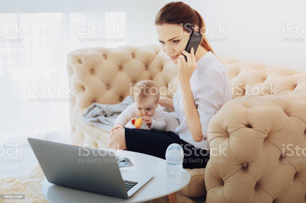 Beschäftigt junge Frau am Telefon sprechen – Foto