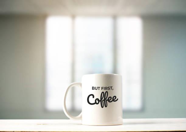 aber erstens kaffee text auf becher im büro anzeigen - herz zitate stock-fotos und bilder
