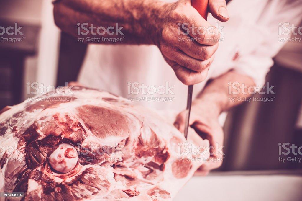Metzger schneiden das Fleisch – Foto