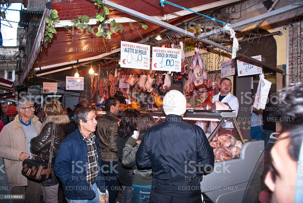 Macellaio vende carne sul mercato locale nel quartiere di Palermo - foto stock