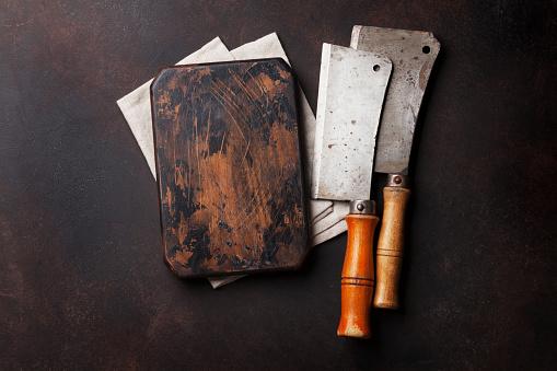 Butcher Vintage Meat Knives And Board — стоковые фотографии и другие картинки Бетон