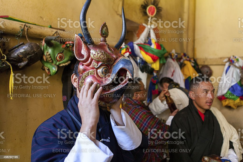Buthanese man with traditional mask for fire festival in Thangbi foto