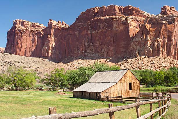 Butte hinter ranch – Foto
