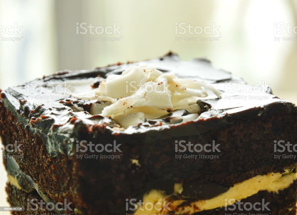 butter cake topping slicing white chocolate on chop block 免版稅 stock photo