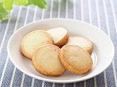 白いプレートにバター クッキー