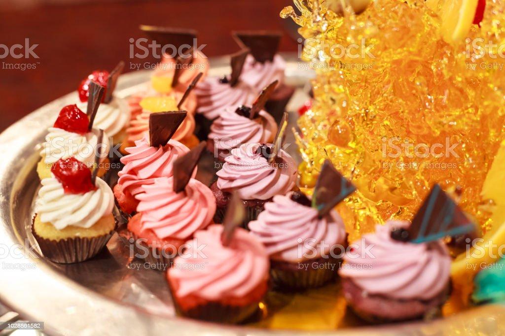 Fantastic Butter Cream Cupcakes Sortiment Auf Silbernen Tablett Mit Download Free Architecture Designs Scobabritishbridgeorg