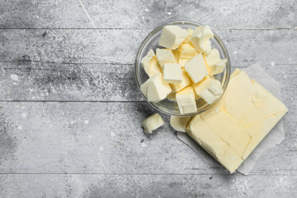 boter in een glazen kom. - boter stockfoto's en -beelden