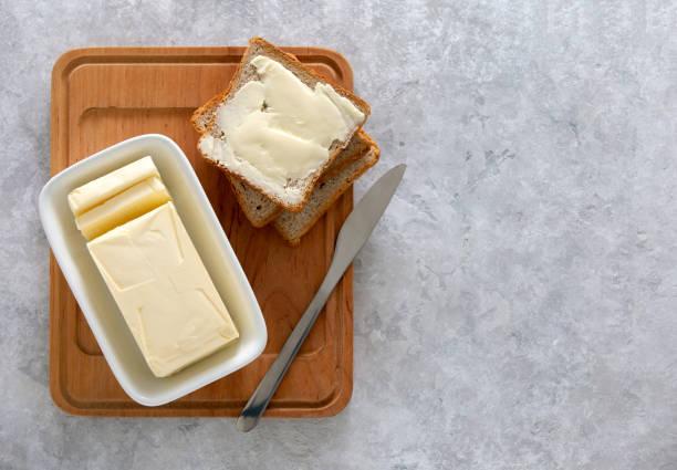 boter of verspreid op een keukentafel, uitzicht vanaf boven - boter stockfoto's en -beelden