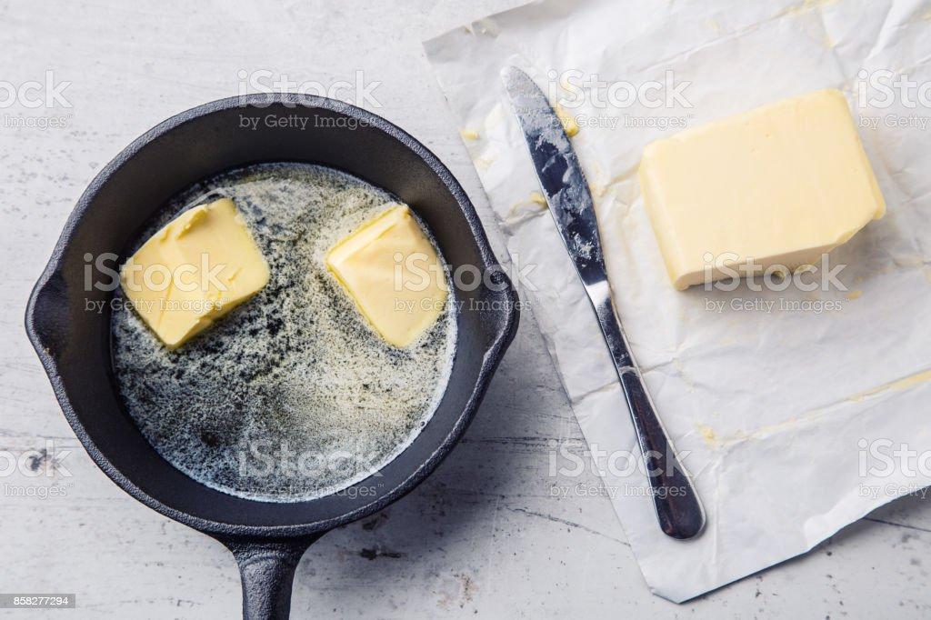 Butter. Stück Butter in die heiße Pfanne-Top anzeigen – Foto