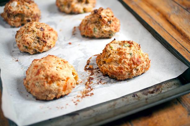 buttermilk, biscuits mit speck, cheddar und frühlingszwiebeln - scones backen stock-fotos und bilder