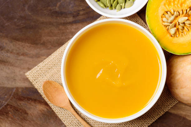 Butternuss-Kürbissuppe in einer Schüssel – Foto