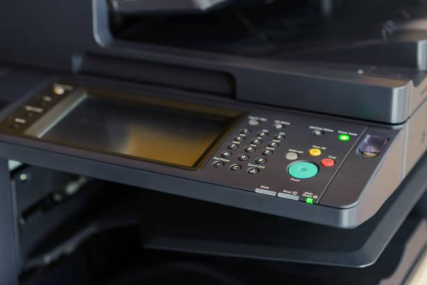 Taste auf dem Panel der Kopiermaschine oder Fotokopierer im Büro – Foto