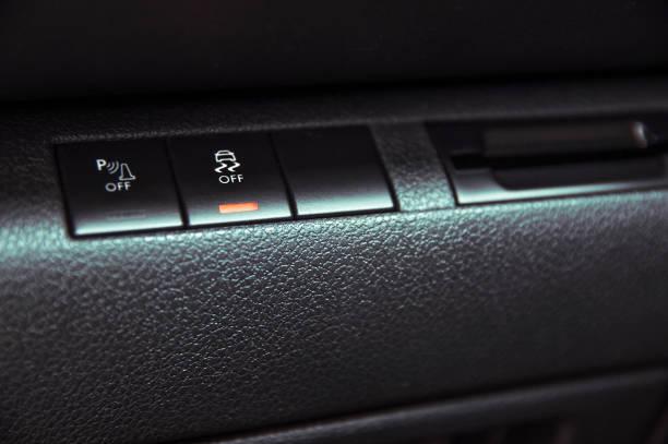 knop om te schakelen van tractiecontrole in de auto - tractieapparaat stockfoto's en -beelden