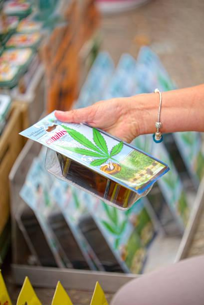 kaufen sie hanfsamen in bloemenmarkt, amsterdam - günstig nach amsterdam stock-fotos und bilder
