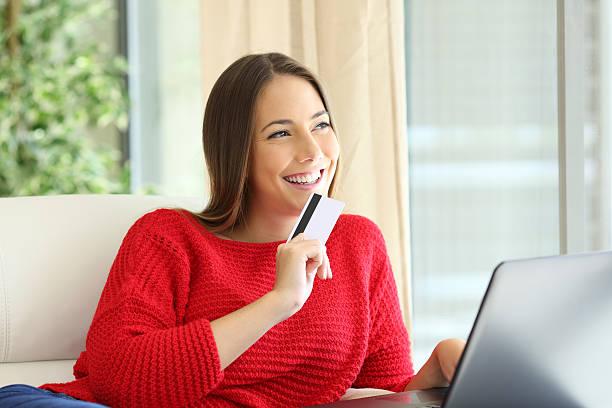buyer deciding with a credit card - besondere geschenke stock-fotos und bilder