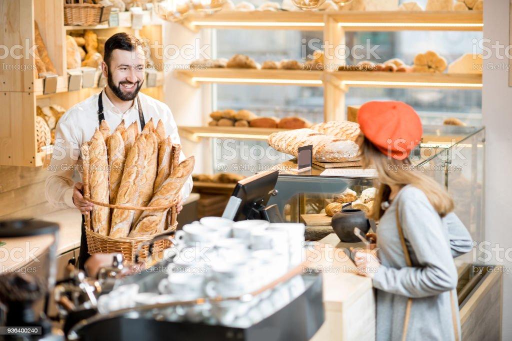 Achat d'une baguette dans le magasin de boulangerie - Photo
