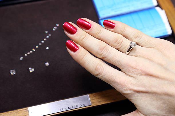kauf einen diamantring - diamanten kaufen stock-fotos und bilder