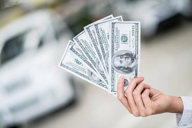покупка нового автомобиля - dollar bill стоковые фото и изображения